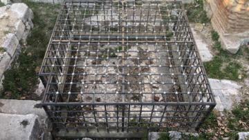 Koruma amaçlı kafese alınan tarihi mozaik çöpten görünmüyor