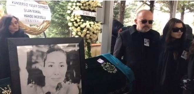 Hande Erçel, annesini son yolculuğuna uğurluyor