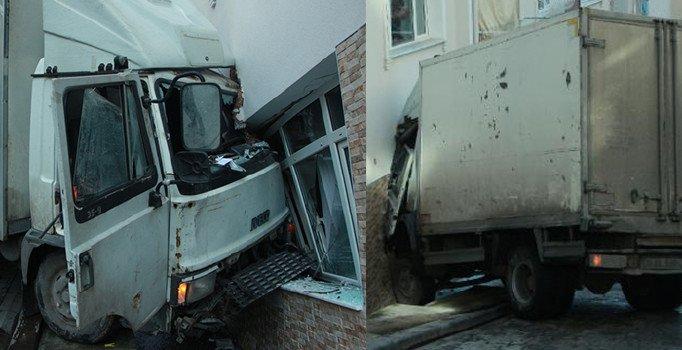 Beyoğlu'nda kamyonet binaya çarptı