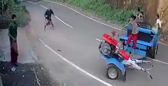 Sürücüsünün araçtan düştüğü mini traktörü durdurmak mümkün olmadı