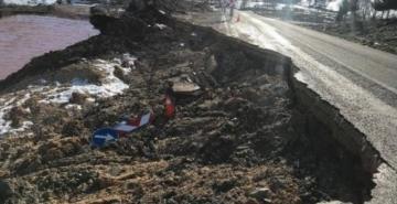 Besni'de yağış nedeniyle yol çöktü