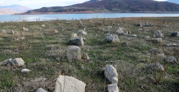 Tokat'ta baraj suları çekildi, mezarlık ortaya çıktı