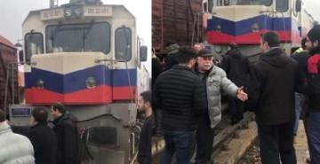Elazığ'da bilet bulamayan yolcular, trenin önünü kesti
