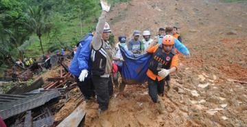 Endonezya'da heyelan faciası: 2 kişi can verdi, 41 kişi göçük altında kaldı