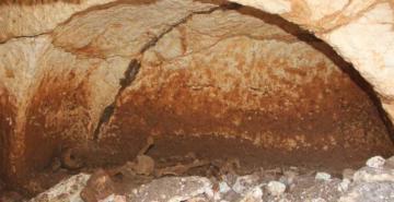 Üç bölümlü mezar odası 3 insan iskeleti bulundu
