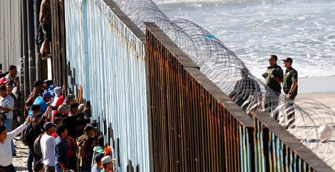 California Valisi'nden ABD- Meksika sınırındaki askerleri azaltma planı