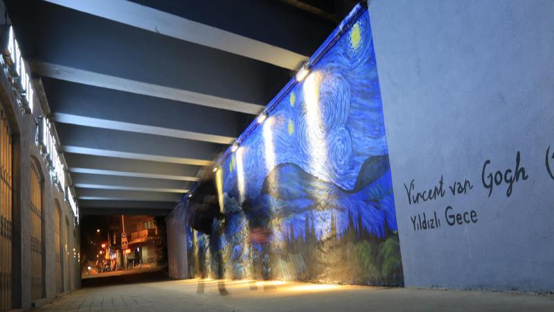 Van Gogh'un ünlü resimleri alt geçit duvarlarında