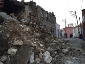 Ayvacık'taki depremin bilançosu gün ağarmasıyla gözler önüne serildi